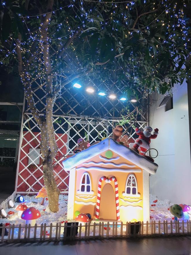 Trường con nhà giàu ĐH Thăng Long lại trang trí Giáng sinh đẹp mê hồn, đố trường nào làm lại - ảnh 6