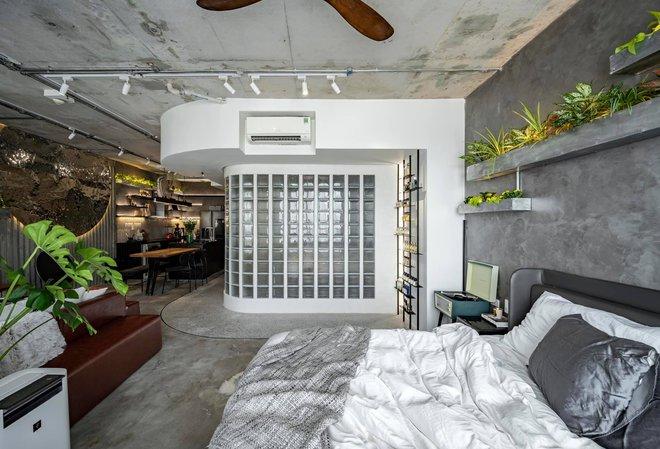 Mạnh tay đập bỏ hết tường và trần nhà, chàng trai Sài Gòn có ngay căn hộ studio cực ấn tượng, không gian mở được tận dụng tối đa - Ảnh 2.