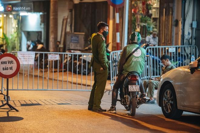 Ảnh: Cận cảnh khu vực phong tỏa nơi phát hiện quả bom 340kg ở Hà Nội, người dân không được dùng điện thoại trong bán kính 200m - ảnh 4