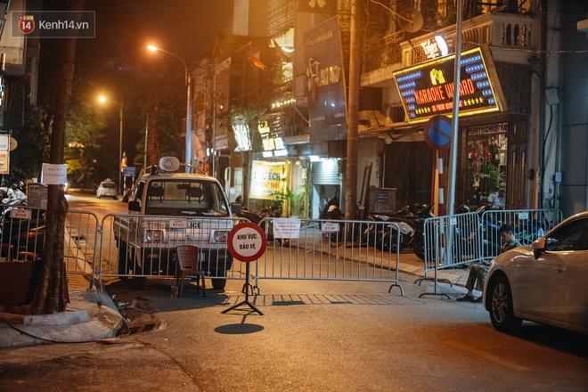 Ảnh: Cận cảnh khu vực phong tỏa nơi phát hiện quả bom 340kg ở Hà Nội, người dân không được dùng điện thoại trong bán kính 200m - ảnh 2