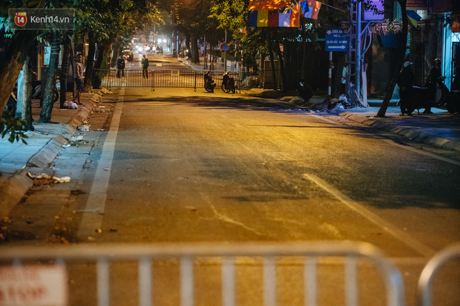 Ảnh: Cận cảnh khu vực phong tỏa nơi phát hiện và di dời thành công quả bom 340kg ở Hà Nội, người dân đã sơ tán trong đêm - Ảnh 18.