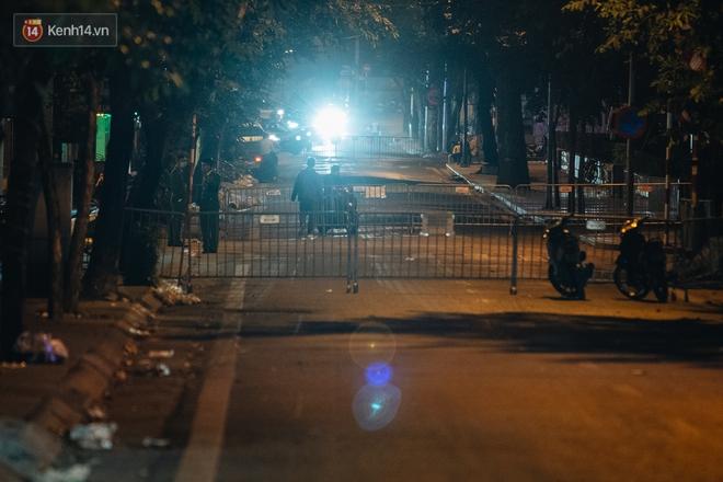 Ảnh: Cận cảnh khu vực phong tỏa nơi phát hiện quả bom 340kg ở Hà Nội, người dân không được dùng điện thoại trong bán kính 200m - ảnh 6