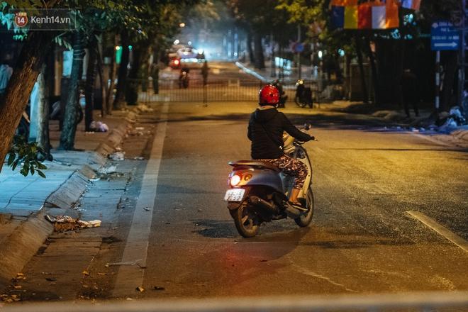 Ảnh: Cận cảnh khu vực phong tỏa nơi phát hiện và di dời quả bom 340kg ở Hà Nội, người dân đã sơ tán trong đêm - Ảnh 8.