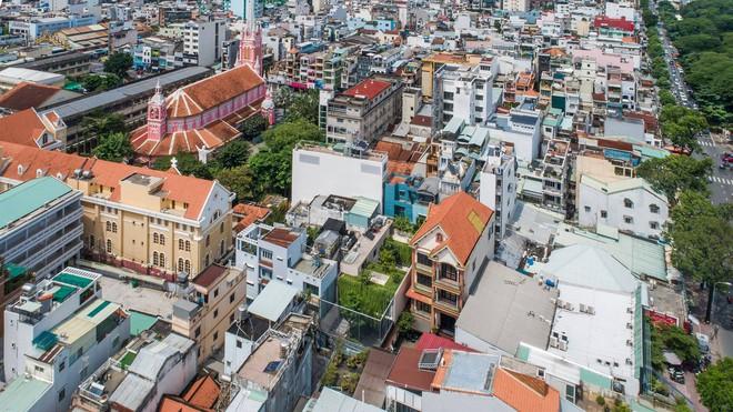 Mất 4 năm hoàn thiện, căn villa ở Sài Gòn xanh mướt như một khu rừng nhỏ, đi vào bên trong càng mê - Ảnh 1.