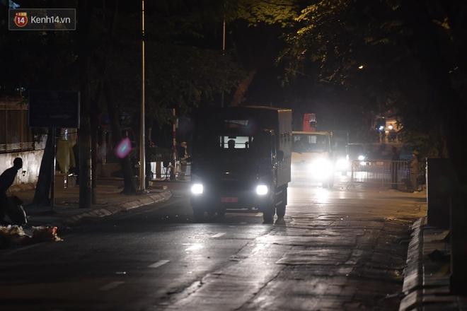 Ảnh: Cận cảnh khu vực phong tỏa nơi phát hiện và di dời thành công quả bom 340kg ở Hà Nội, người dân đã sơ tán trong đêm - Ảnh 16.