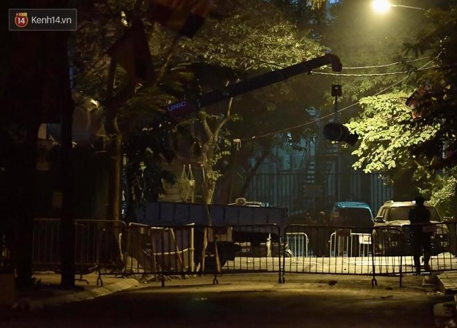 Ảnh: Cận cảnh khu vực phong tỏa nơi phát hiện và di dời thành công quả bom 340kg ở Hà Nội, người dân đã sơ tán trong đêm - Ảnh 15.