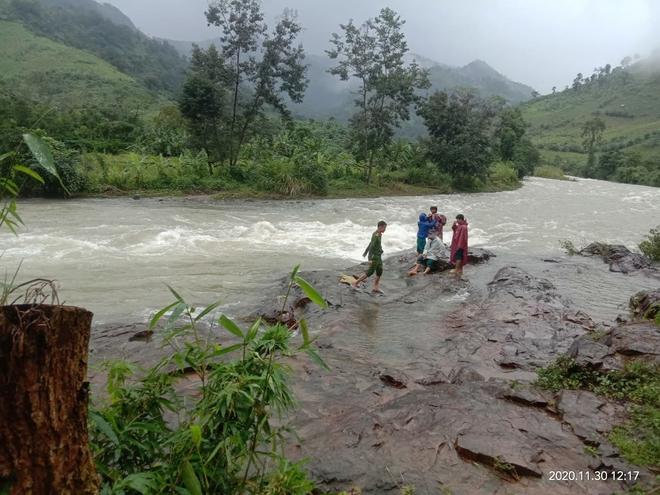 36 du khách TP.HCM bị mắc kẹt trên núi Tà Giang đã được lực lượng chức năng tiếp cận, đón về - ảnh 1