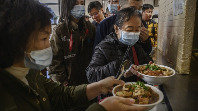 Một nhà hàng ở Trung Quốc bỗng nổi như cồn, khách ùn ùn kéo đến nhờ ông Joe Biden ghé thăm vào 9 năm trước - Ảnh 3.