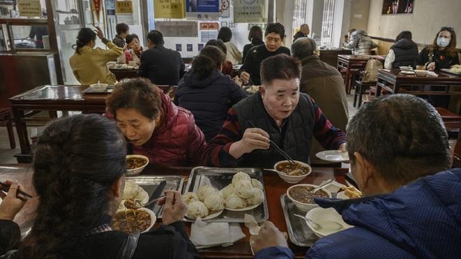 Một nhà hàng ở Trung Quốc bỗng nổi như cồn, khách ùn ùn kéo đến nhờ ông Joe Biden ghé thăm vào 9 năm trước - Ảnh 4.