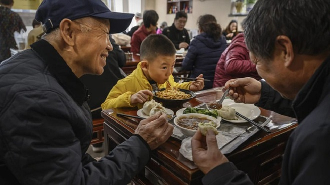 Một nhà hàng ở Trung Quốc bỗng nổi như cồn, khách ùn ùn kéo đến nhờ ông Joe Biden ghé thăm vào 9 năm trước - Ảnh 5.