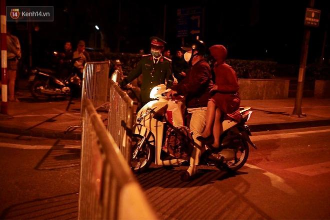 Ảnh: Cận cảnh khu vực phong tỏa nơi phát hiện và di dời thành công quả bom 340kg ở Hà Nội, người dân đã sơ tán trong đêm - Ảnh 11.