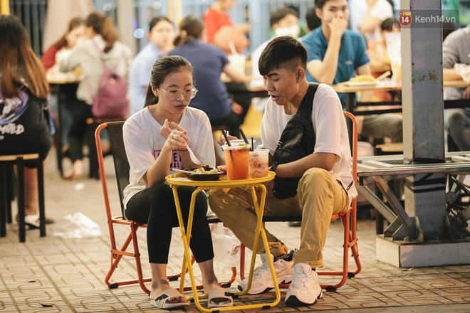 Cận cảnh phố đi bộ đêm thứ 3 vừa hoạt động thử nghiệm ở Sài Gòn - ảnh 19