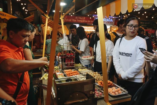 Cận cảnh phố đi bộ đêm thứ 3 vừa hoạt động thử nghiệm ở Sài Gòn - ảnh 16