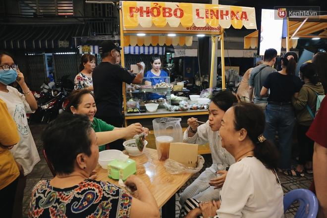 Cận cảnh phố đi bộ đêm thứ 3 vừa hoạt động thử nghiệm ở Sài Gòn - ảnh 14