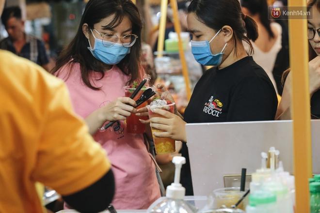 Cận cảnh phố đi bộ đêm thứ 3 vừa hoạt động thử nghiệm ở Sài Gòn - ảnh 18