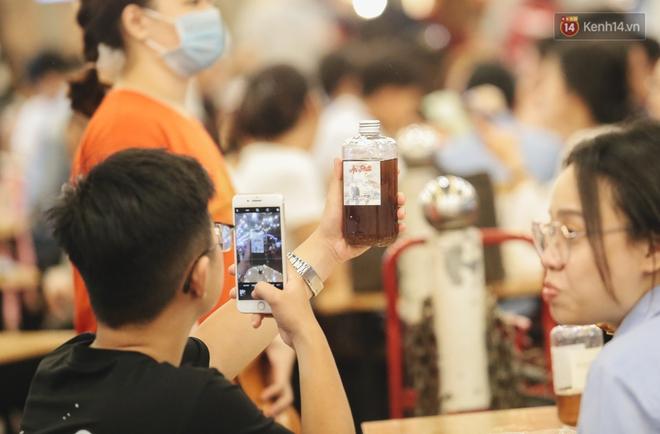 Cận cảnh phố đi bộ đêm thứ 3 vừa hoạt động thử nghiệm ở Sài Gòn - ảnh 17