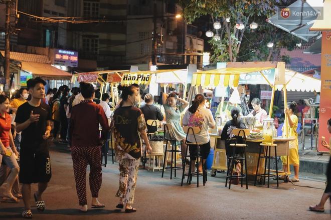 Cận cảnh phố đi bộ đêm thứ 3 vừa hoạt động thử nghiệm ở Sài Gòn - ảnh 9