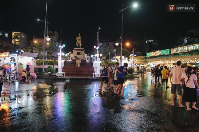 Cận cảnh phố đi bộ đêm thứ 3 vừa hoạt động thử nghiệm ở Sài Gòn - ảnh 4