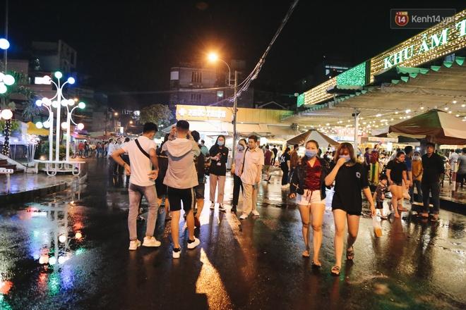 Cận cảnh phố đi bộ đêm thứ 3 vừa hoạt động thử nghiệm ở Sài Gòn - ảnh 5