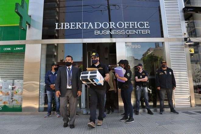 Biến cực căng: Bác sĩ riêng Maradona chịu cáo buộc làm thân chủ chết oan, văn phòng và nhà riêng bị cảnh sát ập vào khám xét - ảnh 1