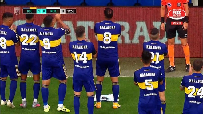 Con gái Maradona bật khóc nức nở khi được cầu thủ đội bóng cũ của bố đến vỗ tay tri ân - ảnh 1