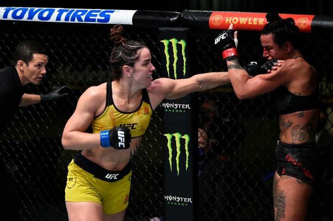 Trọng tài bất ngờ luồn tay vào áo ngực của nữ võ sĩ xinh đẹp trong lúc đang thi đấu, khi biết lý do đằng sau thì ai cũng tấm tắc khen ngợi - ảnh 4