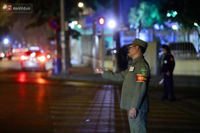 Ảnh: Cận cảnh khu vực phong tỏa nơi phát hiện và di dời thành công quả bom 340kg ở Hà Nội, người dân đã sơ tán trong đêm - Ảnh 17.