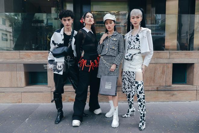 Street style ngày 1 Vietnam International Fashion Week 2020: các bạn trẻ tiết chế hơn trong khâu mix đồ, tone đen được ưa chuộng hơn cả - ảnh 12