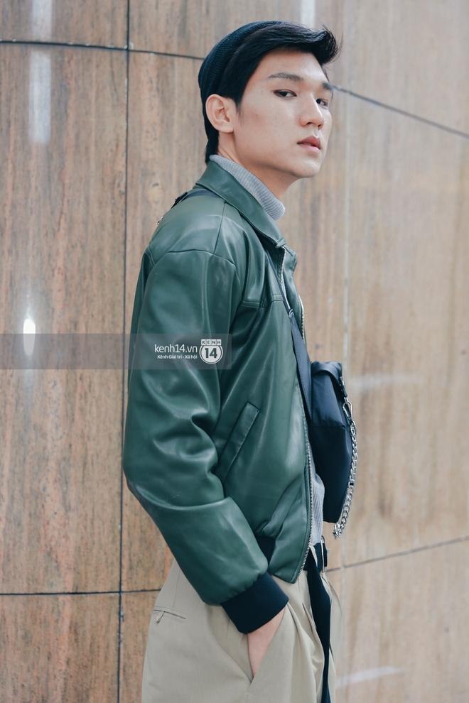 Street style ngày 1 Vietnam International Fashion Week 2020: các bạn trẻ tiết chế hơn trong khâu mix đồ, tone đen được ưa chuộng hơn cả - ảnh 6
