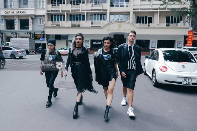 Street style ngày 1 Vietnam International Fashion Week 2020: các bạn trẻ tiết chế hơn trong khâu mix đồ, tone đen được ưa chuộng hơn cả - ảnh 10