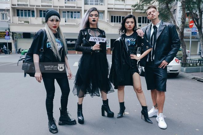 Street style ngày 1 Vietnam International Fashion Week 2020: các bạn trẻ tiết chế hơn trong khâu mix đồ, tone đen được ưa chuộng hơn cả - ảnh 11