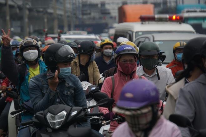 Ảnh: Kẹt xe từ sáng đến trưa ở phía Đông Sài Gòn, tài xế mở cửa xuống ngắm cảnh - Ảnh 5.