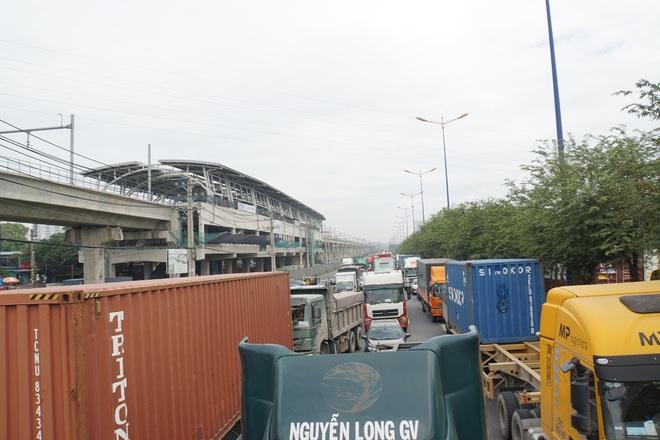 Ảnh: Kẹt xe từ sáng đến trưa ở phía Đông Sài Gòn, tài xế mở cửa xuống ngắm cảnh - Ảnh 9.