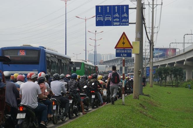 Ảnh: Kẹt xe từ sáng đến trưa ở phía Đông Sài Gòn, tài xế mở cửa xuống ngắm cảnh - Ảnh 16.