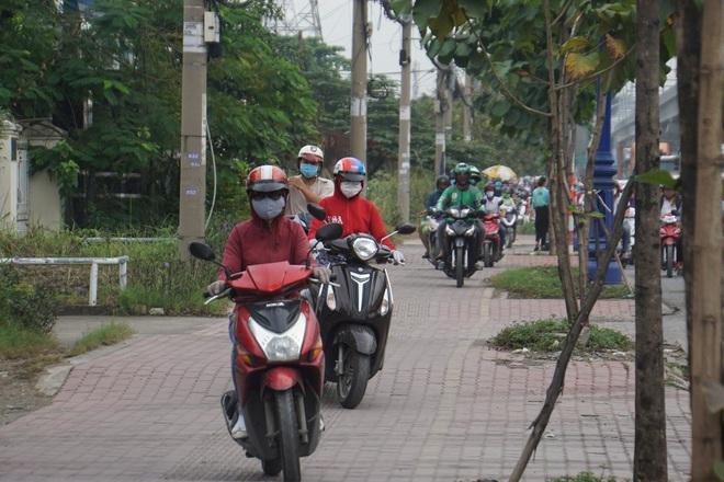 Ảnh: Kẹt xe từ sáng đến trưa ở phía Đông Sài Gòn, tài xế mở cửa xuống ngắm cảnh - Ảnh 14.