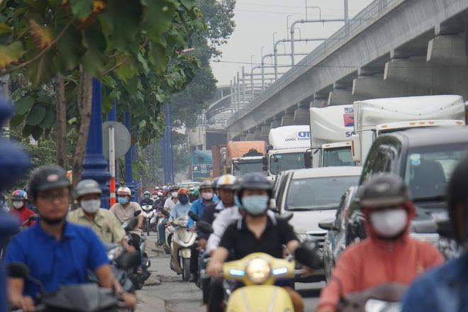 Ảnh: Kẹt xe từ sáng đến trưa ở phía Đông Sài Gòn, tài xế mở cửa xuống ngắm cảnh - Ảnh 15.