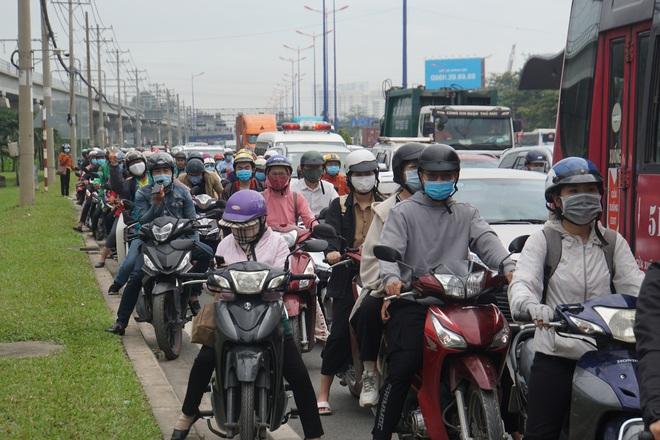 Ảnh: Kẹt xe từ sáng đến trưa ở phía Đông Sài Gòn, tài xế mở cửa xuống ngắm cảnh - Ảnh 12.
