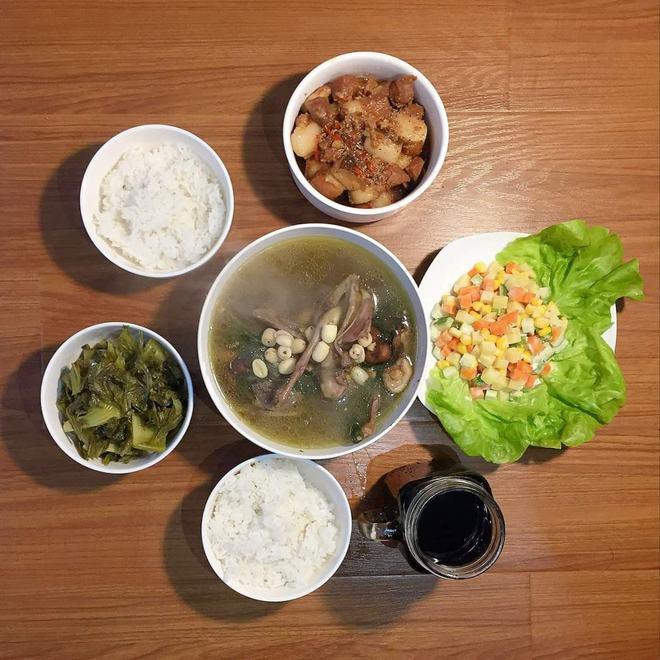 Loạt mâm cơm của những đứa con số hưởng: Bố mẹ gửi thức ăn sạch từ quê, tiết kiệm khối tiền mà ngon như ở nhà - ảnh 6