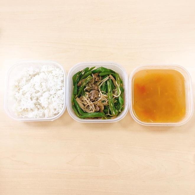 Loạt mâm cơm của những đứa con số hưởng: Bố mẹ gửi thức ăn sạch từ quê, tiết kiệm khối tiền mà ngon như ở nhà - ảnh 33
