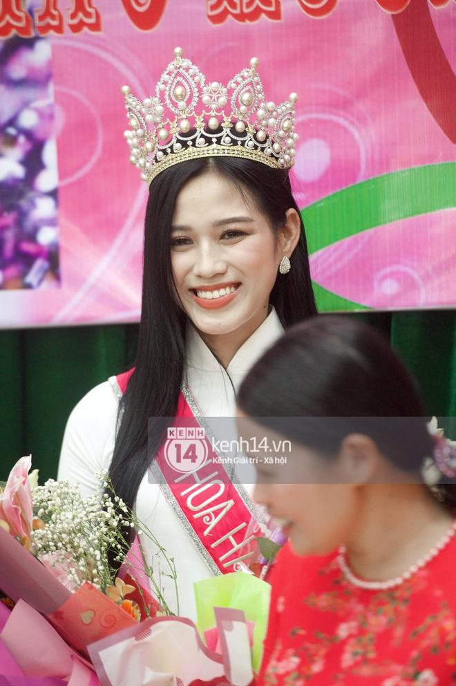 Loạt ảnh HD bóc trần nhan sắc Hoa hậu Đỗ Thị Hà giữa đám đông cả trăm người dân: Bảo sao giành được ngôi vị cao nhất! - Ảnh 2.