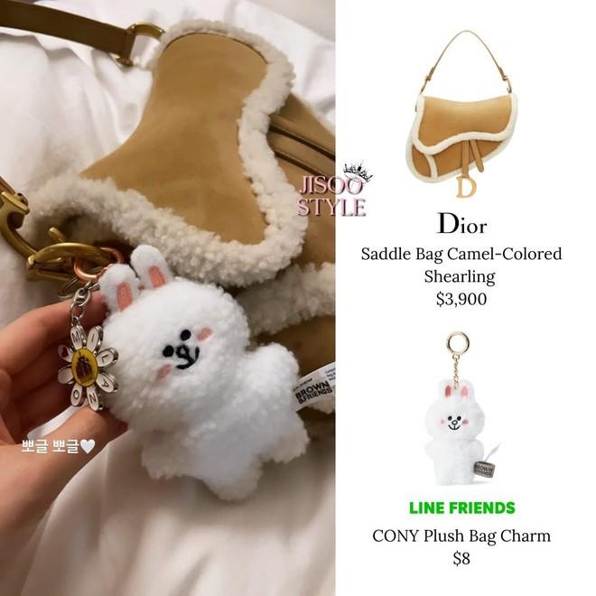 Bắt chước Jisoo, Lisa sắm móc khóa thú bông treo túi siêu cute - ảnh 6