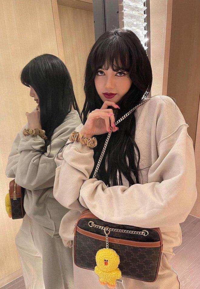Bắt chước Jisoo, Lisa sắm móc khóa thú bông treo túi siêu cute - ảnh 7