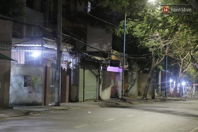 Ảnh, clip: Phong toả khu vực sinh sống của 2 ca mắc Covid-19 mới, người dân trong khu cách ly bình thản đi ngủ sớm - Ảnh 5.