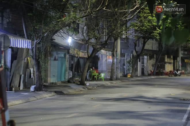 Ảnh, clip: Phong toả khu vực sinh sống của 2 ca mắc Covid-19 mới, người dân trong khu cách ly bình thản đi ngủ sớm - Ảnh 7.