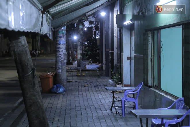 Ảnh, clip: Phong toả khu vực sinh sống của 2 ca mắc Covid-19 mới, người dân trong khu cách ly bình thản đi ngủ sớm - Ảnh 6.