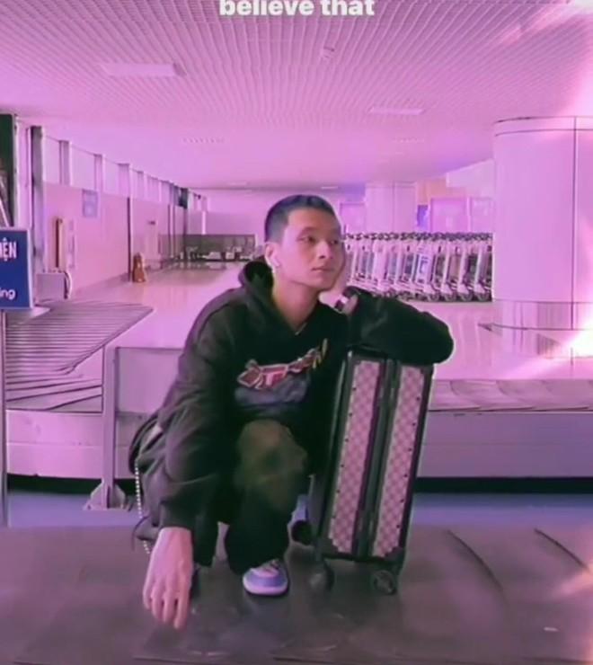 Clip 16 Typh ngồi băng chuyền check in sân bay bất ngờ bị đào lại, dân mạng lại chia phe: Dẫm lên mà không ai nói gì hả? - Ảnh 2.