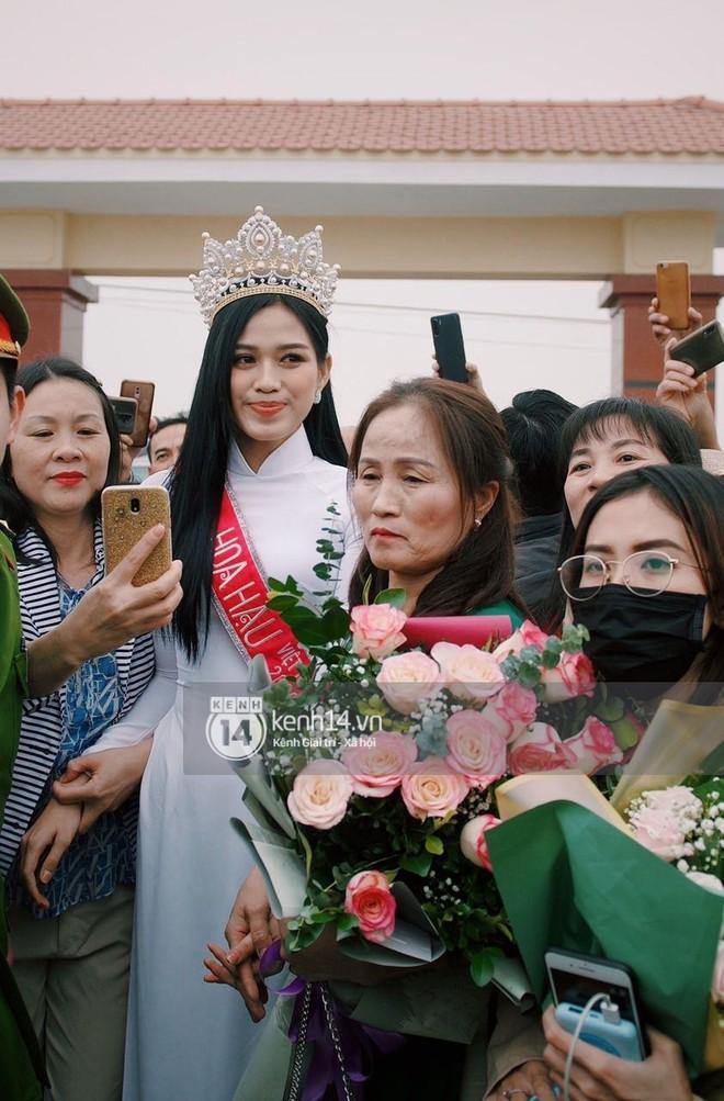 Loạt ảnh HD bóc trần nhan sắc Hoa hậu Đỗ Thị Hà giữa đám đông cả trăm người dân: Bảo sao giành được ngôi vị cao nhất! - Ảnh 5.