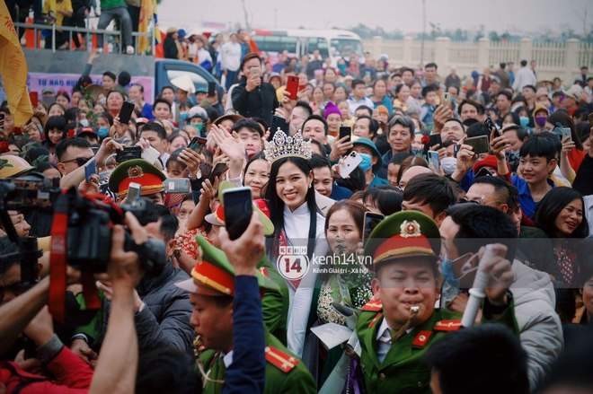 Loạt ảnh HD bóc trần nhan sắc Hoa hậu Đỗ Thị Hà giữa đám đông cả trăm người dân: Bảo sao giành được ngôi vị cao nhất! - Ảnh 4.