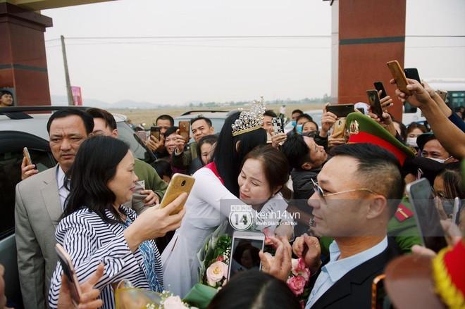 Loạt ảnh HD bóc trần nhan sắc Hoa hậu Đỗ Thị Hà giữa đám đông cả trăm người dân: Bảo sao giành được ngôi vị cao nhất! - Ảnh 9.