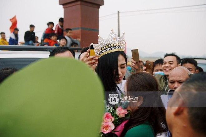 Loạt ảnh HD bóc trần nhan sắc Hoa hậu Đỗ Thị Hà giữa đám đông cả trăm người dân: Bảo sao giành được ngôi vị cao nhất! - Ảnh 8.